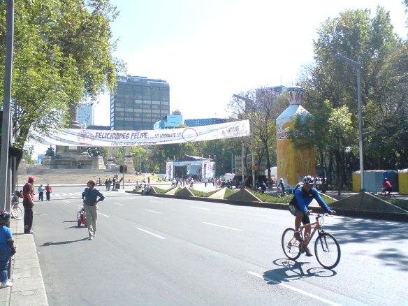 """Una caravana y grupos tocando en honor a """"Felipe"""". Lo que esta a la derecha es un gran pan BIMBO quien patrocino esto"""